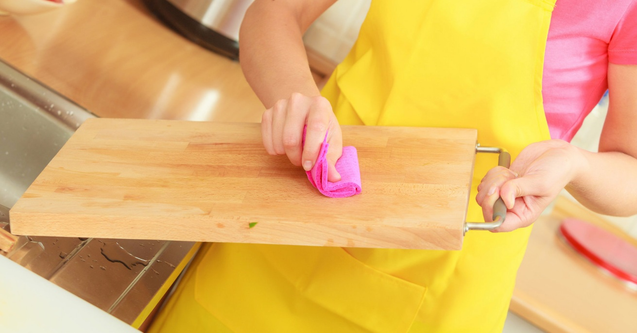 Clever Kitchen Cleaning Hacks - Tips for Daily Life - chopping board