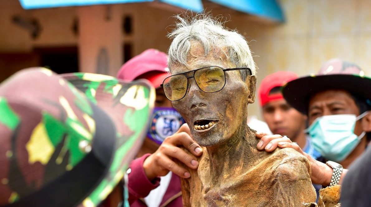 Bizarre Culture & Customs Around The World - Indonesia walking dead body
